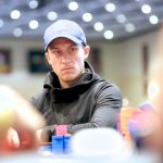 Dvoress Tops partypoker MILLIONS Online Main Event Dia 1A;  Staples, Urbanovich e Koon Advance